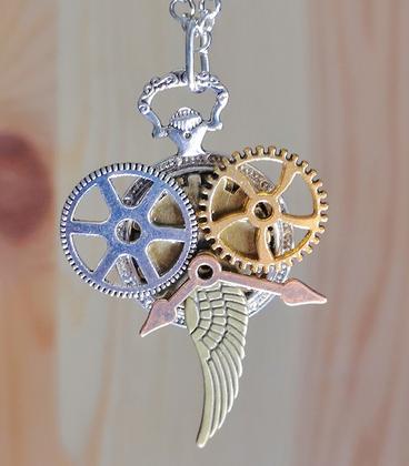 Zilverkleurige steampunk ketting raders en sleutel