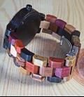 dameshorloge met meerkleurige houten band
