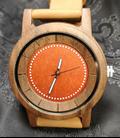 noten-houten horloge met rode wijzerplaat